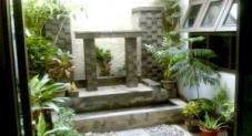 Foto: JUMAIN SULAIMAN/FAJAR -  TAMAN. Taman di dalam rumah bisa dengan memadukan batu kerikil, pancuran air dan bebera tanaman hias.